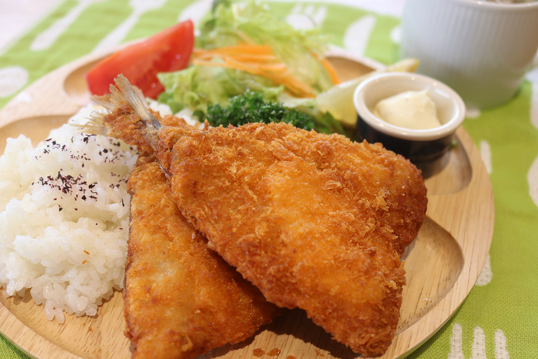 土日祝日限定メニュー「アジフライ定食」スープ・サラダ付き